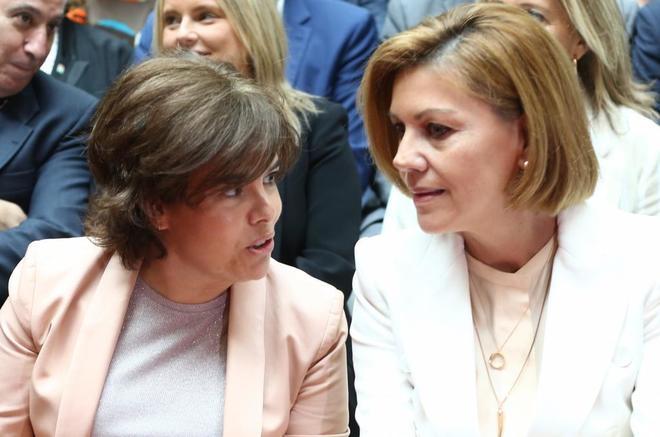Soraya Sáenz de Santamaría y María Dolores de Cospedal, ayer, en la...