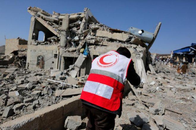 Un miembro de la Media Luna Roja de Yemen inspecciona un edificio destruido en Saná.