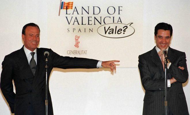 Julio Iglesias señala a Eduardo Zaplana en un acto de presentación de su colaboración como embajador de la Comunidad Valenciana.