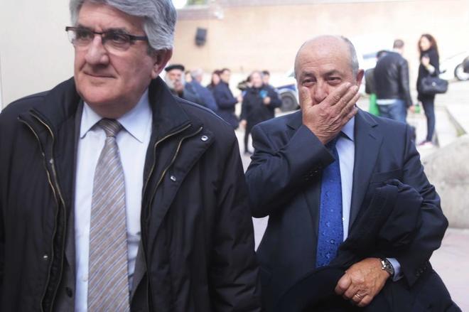 El ex alcalde de Granada, José Torres Hurtado (a la derecha), tras declarar el pasado marzo.