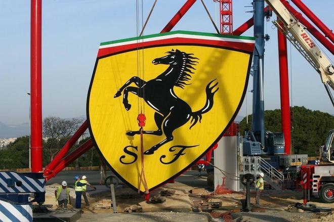 Instalación de la enseña de la marca Ferrari antes de la inauguración del área temática, hace dos años.