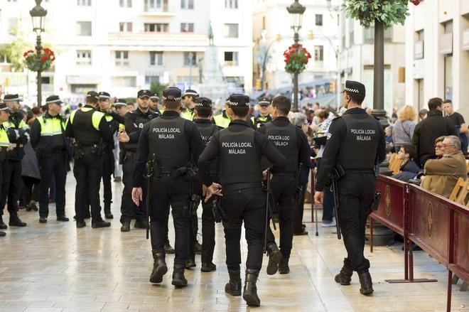 Un grupo de polícias locales de Málaga durante el último despliegue especial por la Semana Santa.