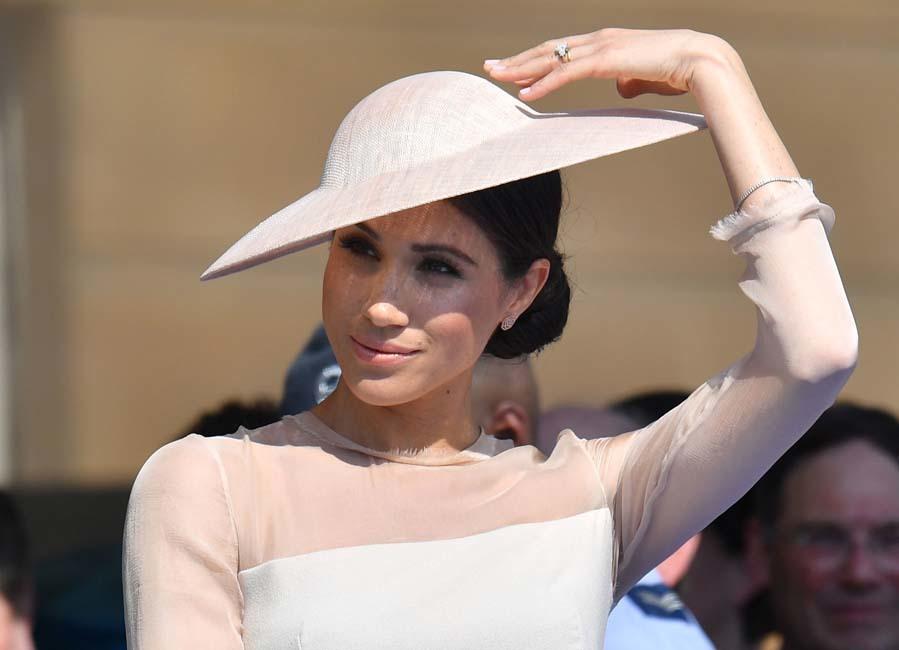 Meghan Markle reaparece tras la boda con un 'total look' en rosa empolvado