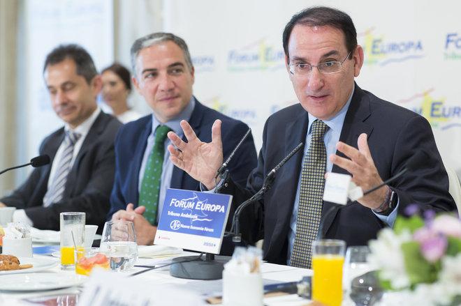 Javier González de Lara junto a Elías Bendodo, presidente de la Diputación de Málaga en el 'Fórum Europa. Tribuna Andalucía'