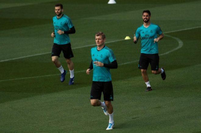 Toni Kroos entrena junto a sus compañeros Isco y Nacho.