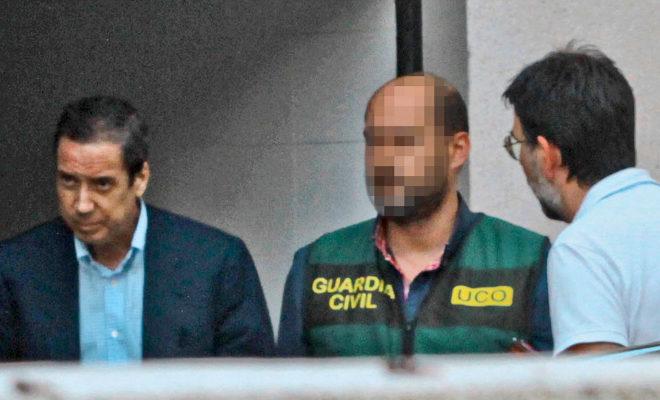 Eduardo Zaplana, ex presidente de la Generalitat valenciana y ex ministro del PP, trasladado por la Guardia Civil tras su detención en la 'operación Erial', ayer en Benidorm (Alicante).
