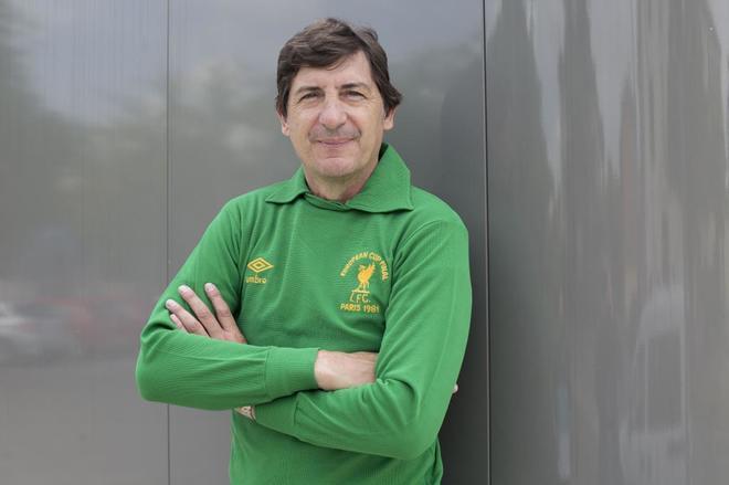 Agustín Rodríguez posa para EL MUNDO con la camiseta del Liverpool del 81