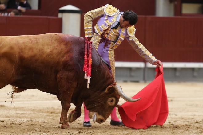 Buen natural de David Mora al tercer toro de El Ventorrillo, ayer, en la decimoquinta de San Isidro