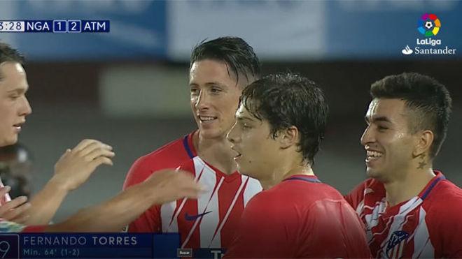 Fernando Torres celebra su gol en Nigeria con algunos de sus compañeros.