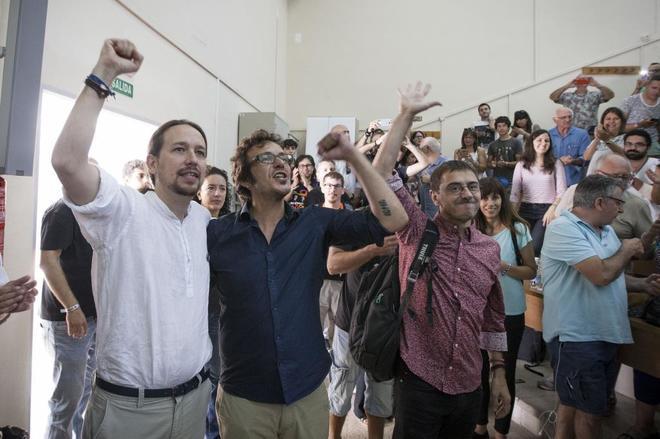 El líder de Podemos, Pablo Iglesias (i), el alcalde de Cádiz, José María González, y Juan Carlos Monedero (d), saludan momentos antes de su participación en la Facultad de Ciencias, en la Universidad de Verano del Instituto 25-M que ha comenzado hoy en Cádiz.