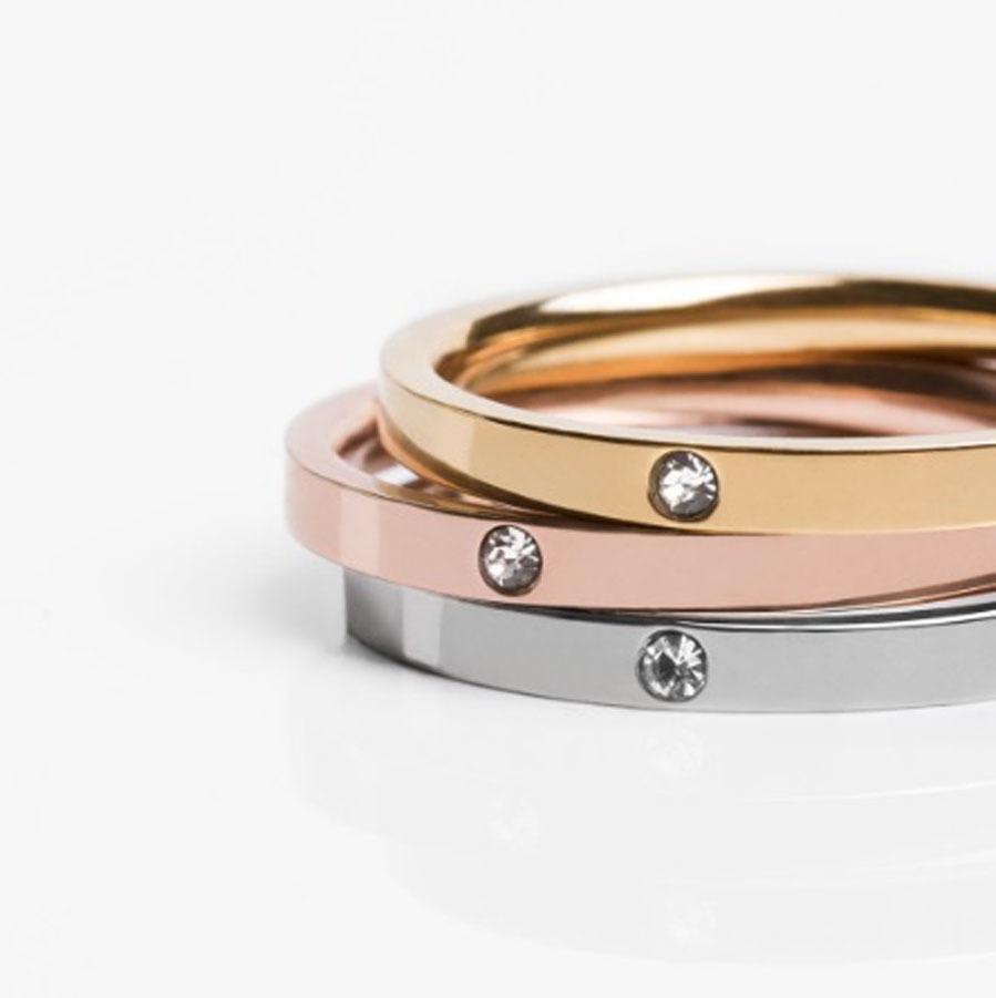 De acero inoxidable es tres colores y con una circonita central,...