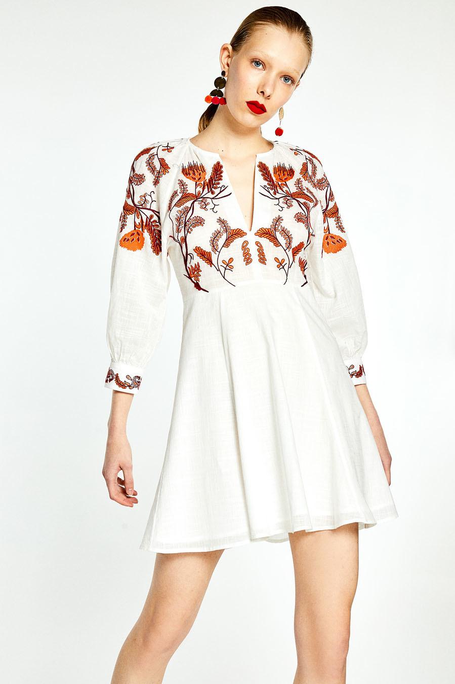 Vestido de lino con mangas jamón y bordados, de Sfera