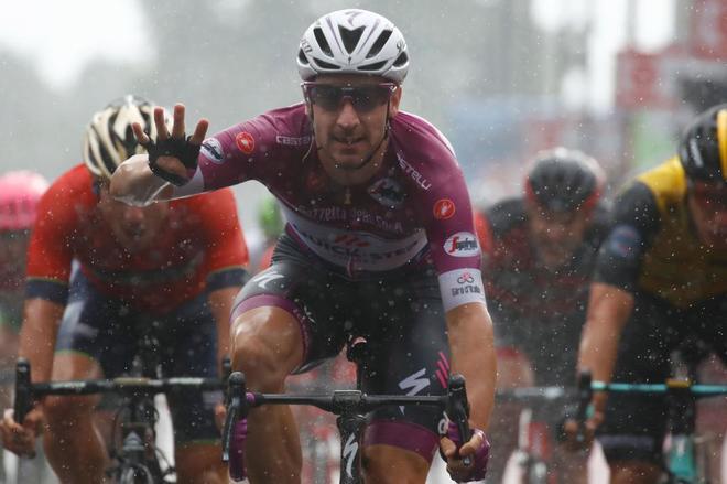 Elia Viviani (C) celebra su cuarto triunfo de etapa en el Giro.
