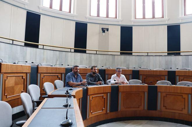 Los tres diputados nacionalistas ayer en el salón de pleno dela Diputación.