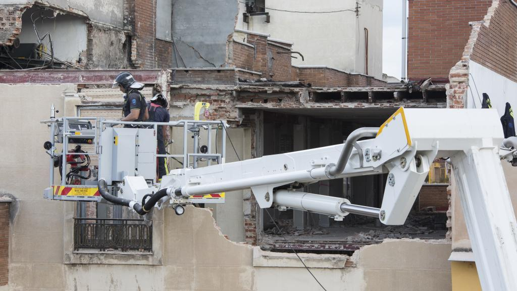 Los bomberos demolerán la parte superior del edificio derrumbado en