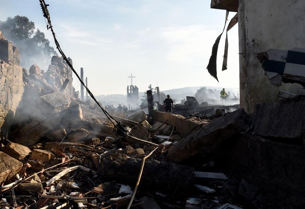 Escombros y muros vencidos en el lugar de la explosión.