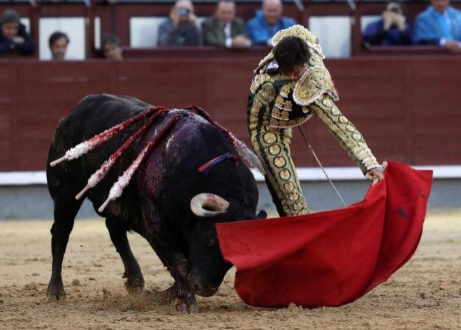 El peruano arranca una oreja del sexto de la corrida
