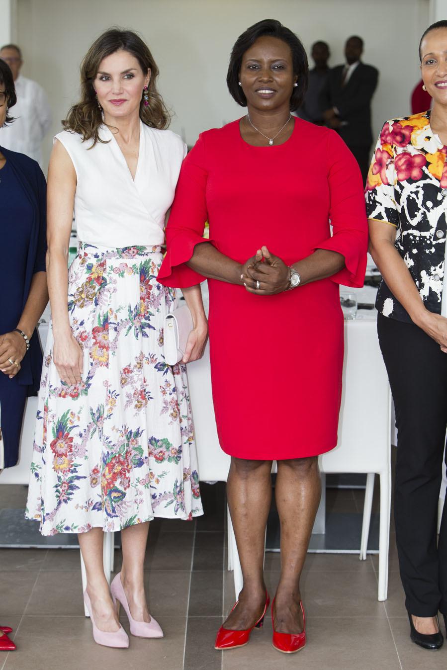La Reina ha completado el look primaveral con salones rosa pastel y...