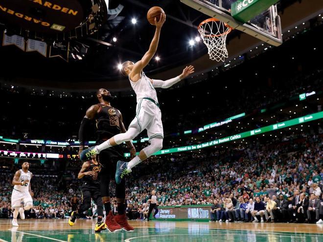 El novato de los Celtics se vuelve a salir y