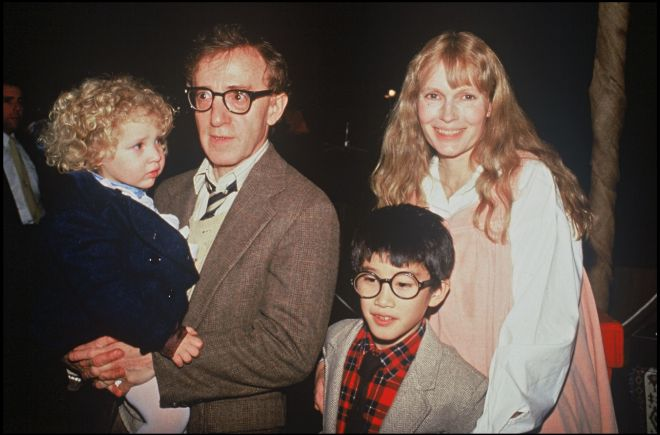 Woody Allen y Mia Farrow con sus hijos Dylan (en brazos del director)...