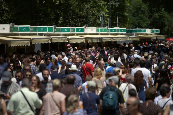 Lectores en la Feria del Libro de Madrid en 2017