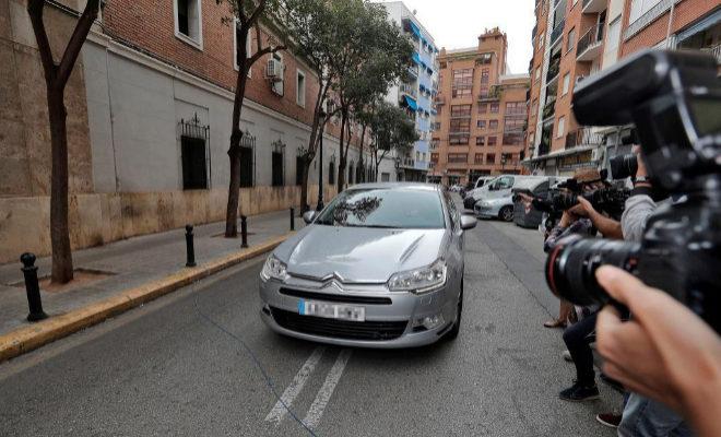 El expresident de la Generalitat y exministro Eduardo Zaplana en el coche de la Guardia Civil, antes de declarar en la Ciudad de la Justicia.