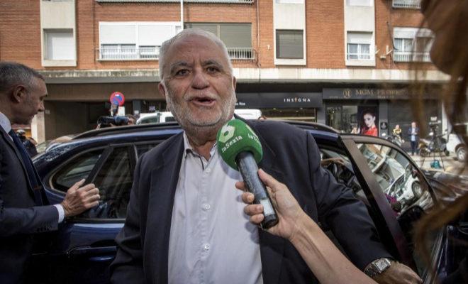 El expresidente de Les Corts, exvicepresidente del Consell y exdirector general de la Policía, Juan Cotino, a su llegada a la comandancia de la Guardia Civil.