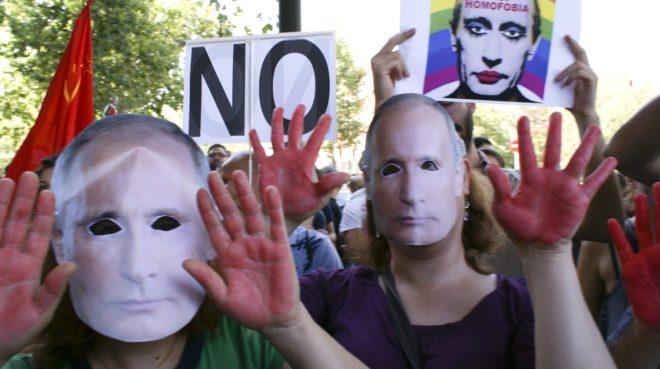 Manifestación por la ley contra la propaganda gay frente a la embajada de Rusia en Madrid en 2013.