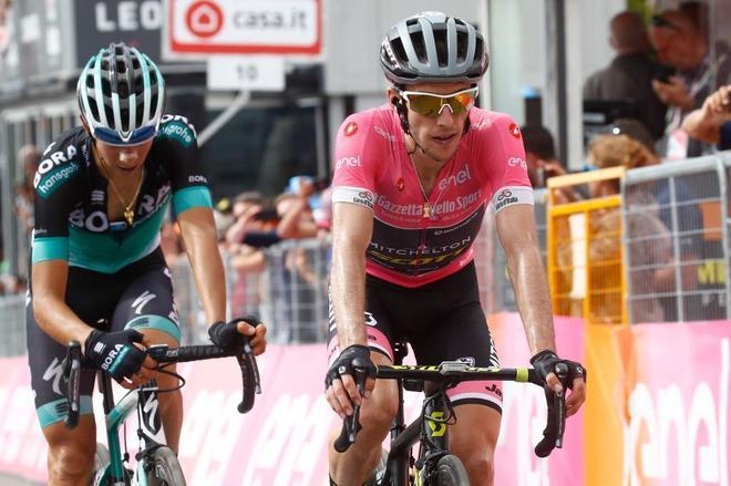 Simon Yates cruza la meta de la etapa 18 del Giro.