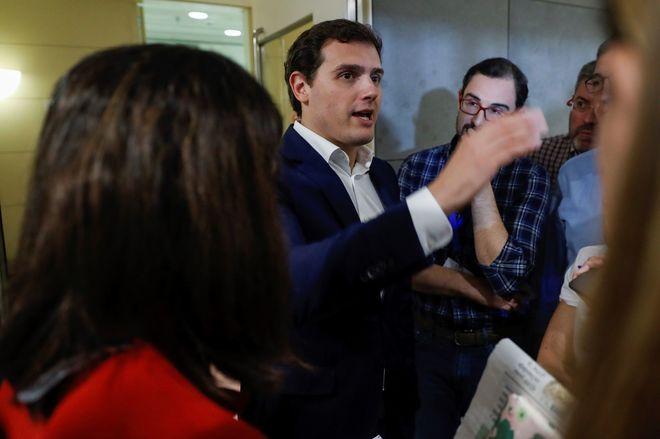 Rajoy empeña su palabra en que el PP no cobró