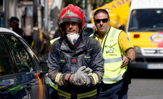 Los bomberos hallan el cadáver de uno de los dos
