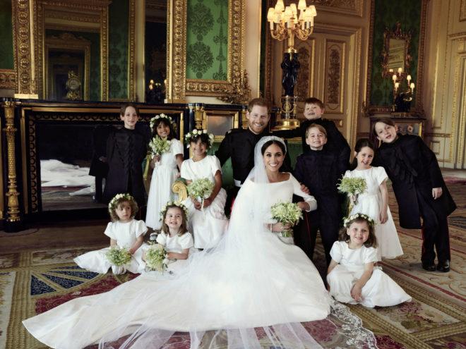 Megan Markle y el príncipe Harry posaron con los pajes y damas de honor después del enlace.