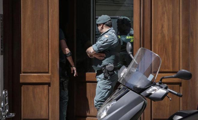 Agentes de la guardia civil en la puerta del patio de Eduardo Zaplana.