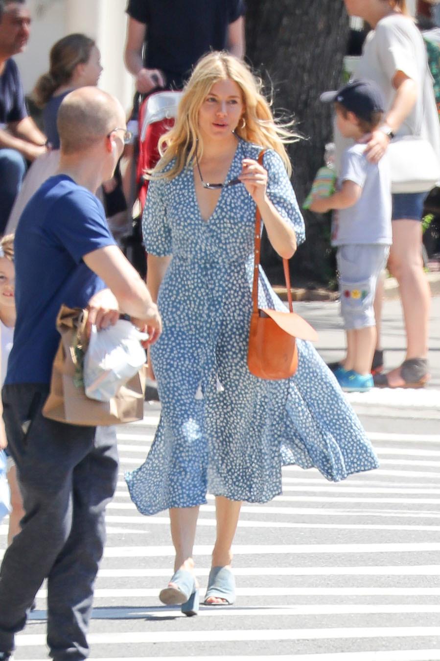 Sienna Miller, la reina del 'boho-chic' con un diseño con flores 'liberty'