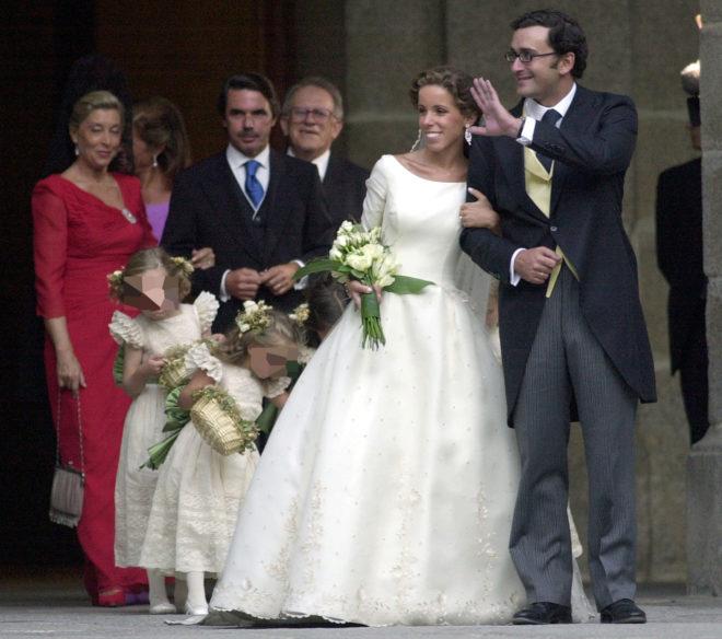 Los novios, a la salida de la iglesia, con Aznar de fondo.