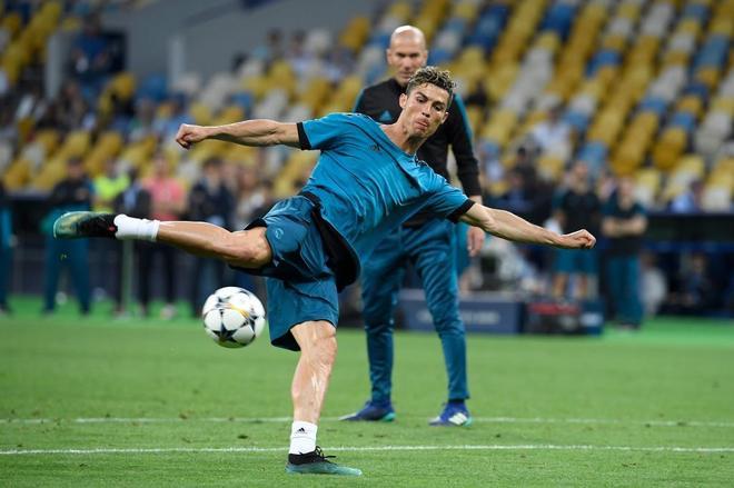 Cristiano Ronaldo remata a puerta ante la atenta mirada de Zidane, en el entrenamiento de Kiev.