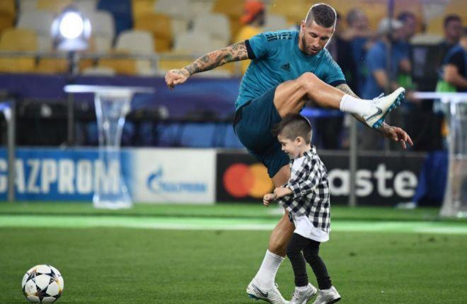 Sergio Ramos, con uno de sus hijos, durante el último entrenamiento en Kiev.