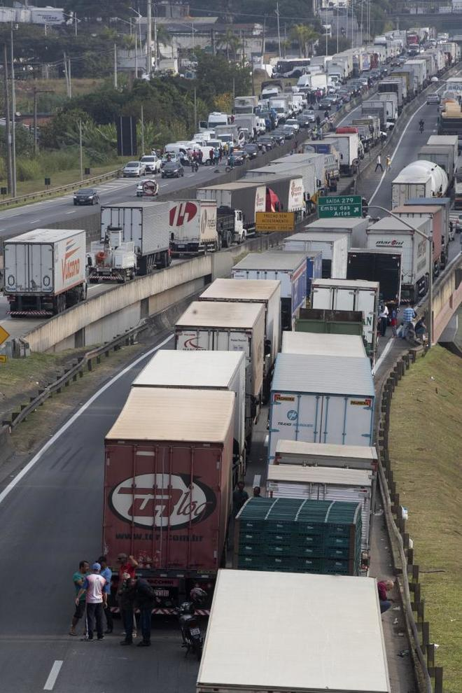 Varios camioneros cortan la carretera Régis Bittencourt, a 30 kilómetros de Sao Paulo.