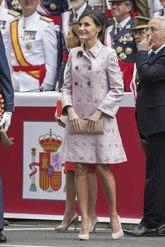 Doña Letizia ha elegido el mismo 'look' que estrenó hace un mes para...