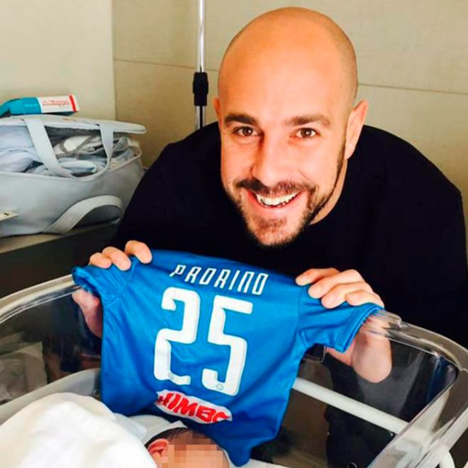 Reina fue padrino de bautismo del hijo de Gabriele Espósito. Esta foto, subida por él a las redes sociales, ha sido reproducida ahora por la prensa italiana.