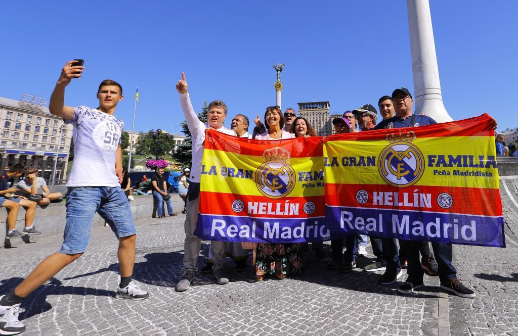Aficionados del Real Madrid, en las calles de Kiev.