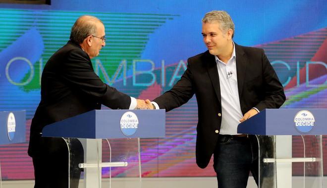 Los candidatos a la presidencia de Colombia, Humberto de la Calle e Iván Duque, en el último debate presidencial.