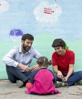 Javier Jambrina y Marta Jiménez, junto a su hija Abril, en un parque...