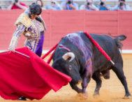 Empacado derechazo de Morante al quinto de Juan Pedro, al que desorejó tras una faena de inspiración