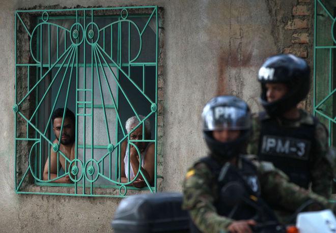Soldados del Ejército de Colombia participan en un operativo de seguridad, en Cali.