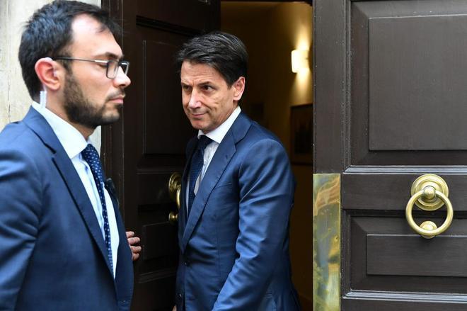 Giuseppe Conte, propuesto como primer ministro en Italia, sale de su casa para ver a Mattarella.
