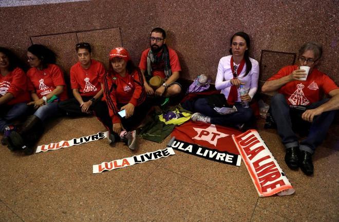 Manifestantes pro Lula da Silva piden su libertad en una iglesia de Aparecida do Norte.