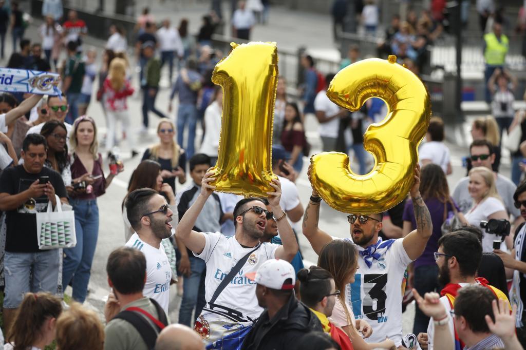 Los fanáticos celebran en la plaza de Cibeles con el número 13, en...