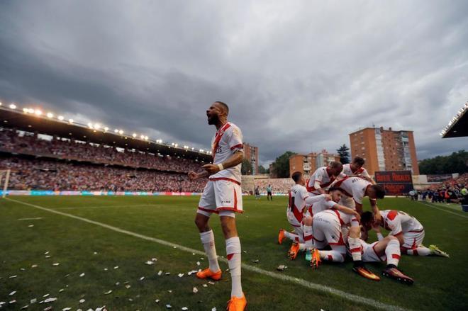 Los jugadores del Rayo celebran el gol ante el Lugo.