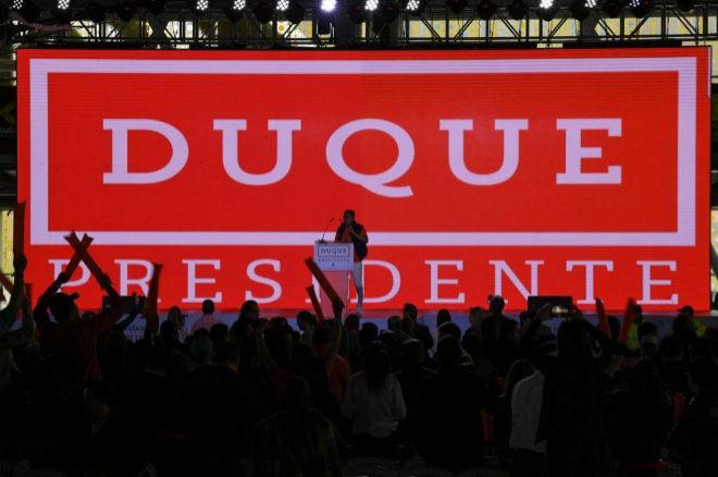 Seguidores de Iván Luque siguen el escrutinio en la sede del partido conservador Centro Democrático.